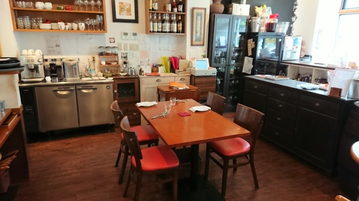 ブータントランのテーブルと椅子